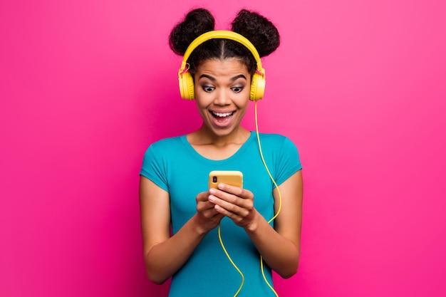 Foto der lustigen schockierten jungen haut der dunklen haut dame halten telefon tragen kopfhörer