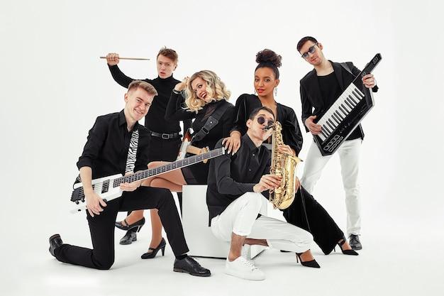 Foto der multiethnischen musikband im studio