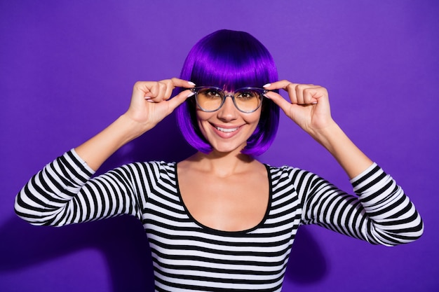 Foto der schönen dame zeigt neue spezifikationen erstaunliche sicht tragen perücke gestreiften pullover isoliert lila hintergrund
