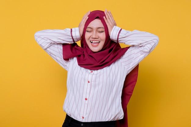 Foto der schönen frau, die hijab lässige kleidung verwirrende geste trägt