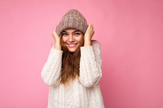 Foto der schönen glücklichen lächelnden lustigen jungen brunettefrau lokalisiert über rosa hintergrundwand