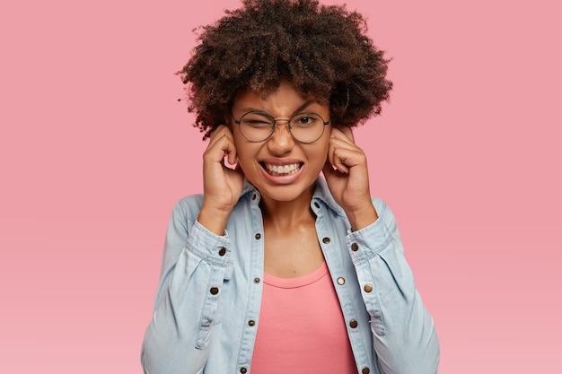 Foto der stressigen unzufriedenen schwarzen frau hat afro-haarschnitt