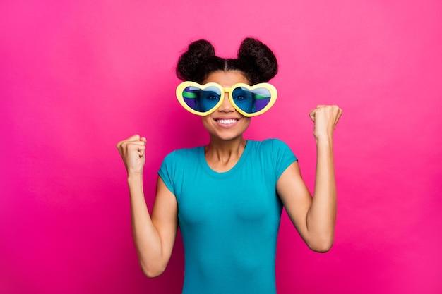 Foto der verrückten dame heben fäuste tragen lustige sonnenbrille