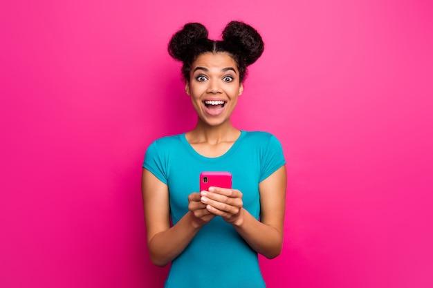 Foto der verrückten jungen dunklen dame der haut halten die fröhliche stimmung des offenen telefons des telefons offen