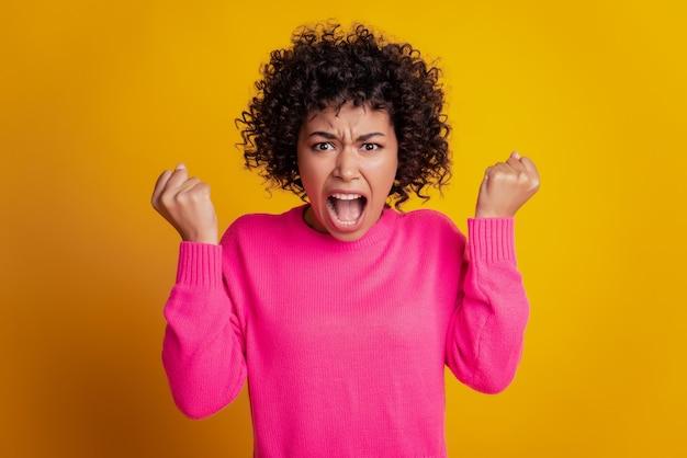 Foto der verrückten wütenden freundin mit offenem mund isoliert gelber farbhintergrund