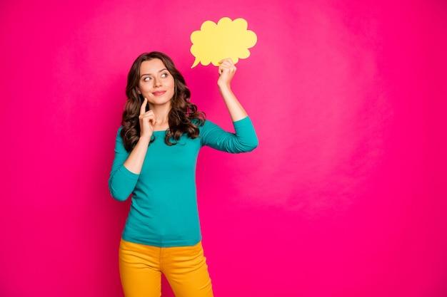 Foto der weißen welligen fröhlichen niedlichen netten hübschen freundin, die gelbe blase für gedanken mit händen hält, die über neue ideen nachdenken, isolierte lebendige farbe rosa hintergrund