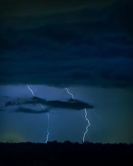 Foto des blitzes am nachthimmel