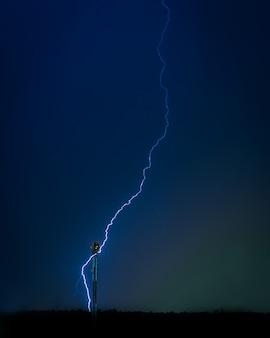 Foto des blitzes im nachthimmel
