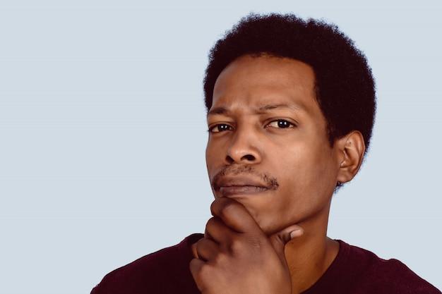 Foto des durchdachten afroamerikanischen mannes.