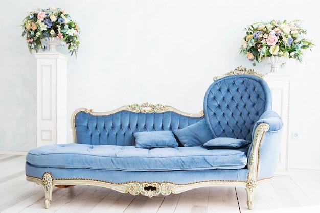 Foto des eleganten sofas im retro-stil
