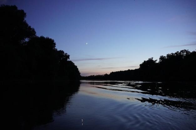 Foto des flusses in rumänien schöne natur vom boot aus