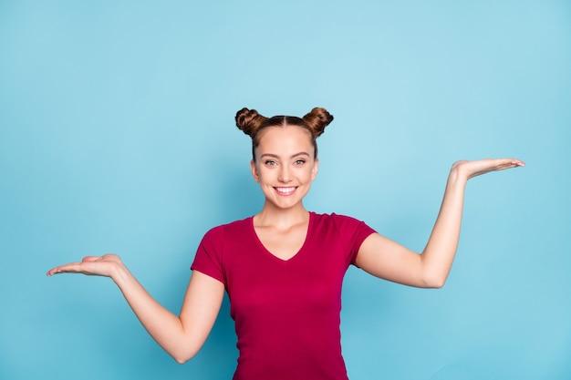 Foto des fröhlichen niedlichen hübschen mädchens, das zwei social-media-profile hält, die befolgt werden sollen, zeigt ihnen zwei möglichkeiten, ein problem zu lösen, das zahnlos isoliert über blaue pastellfarbwand lächelt