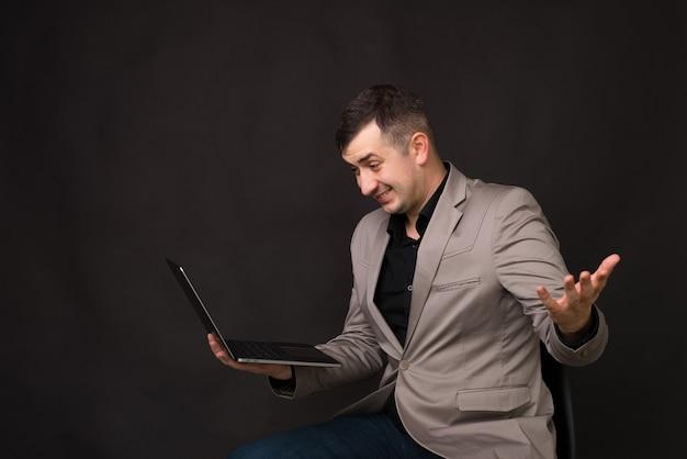 Foto des geschäftsmannes, der online mit kunden spricht und gestikuliert, als ob er es nicht weiß