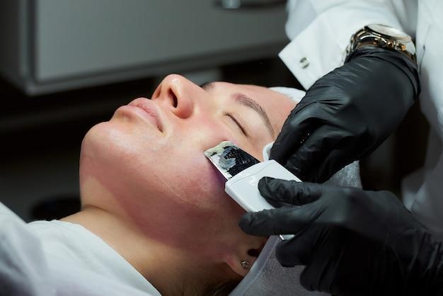 Foto des gesichts der frau nach dem erwärmen der lotion während des ultraschallverfahrens