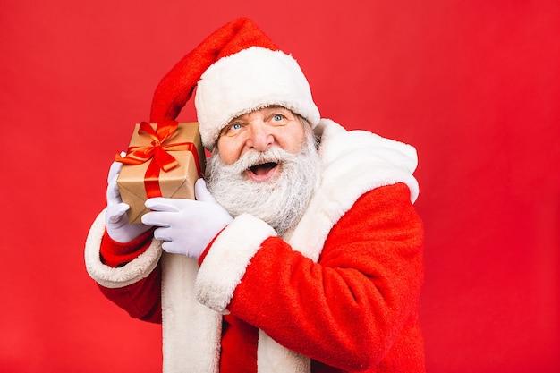 Foto des glücklichen weihnachtsmannes mit geschenkboxen