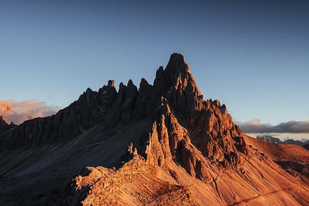 Foto des großen dolomitberges von paternkofel zur sonnenuntergangszeit.