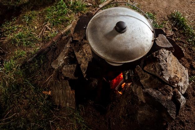 Foto des kessels auf lagerfeuer