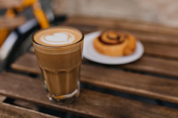 Foto des leckeren kuchens mit glas cappuccino im fokus