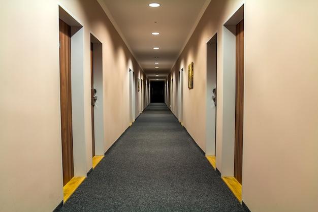 Foto des leeren durchgangskorridors im luxushaus