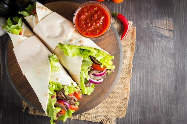 Foto des mexikanischen sandwiches oder der verpackung.