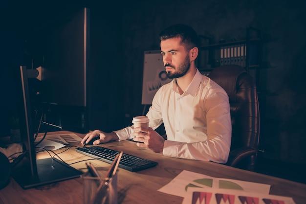Foto des nachdenklichen unternehmers, der nachdenklich in bildschirmcomputer schaut
