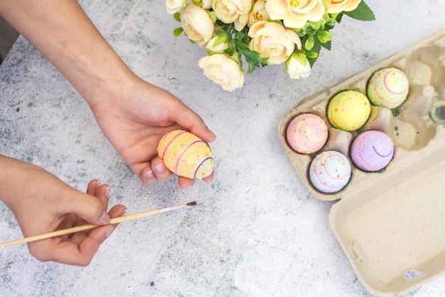 Foto des prozesses des färbens von eiern für die feiertags-osteransicht von oben.