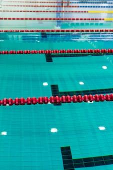 Foto des swimmingpools mit begrenzungsschnüren