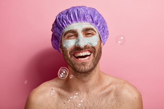 Foto des zufriedenen mannes, der seine schönheitsroutine tut