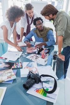 Foto-editoren mit brainstorming