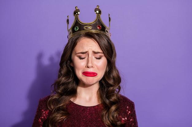 Foto einer attraktiven dame mit krone sieht leer aus