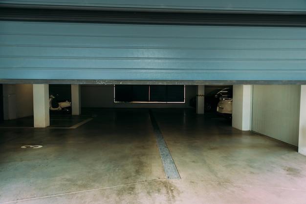 Foto einer automatisch schließenden blauen pvc-tür einer garage.