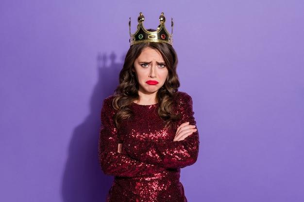 Foto einer beleidigten dame, die den status einer königin verliert