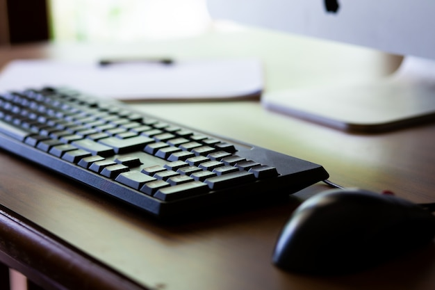 Foto einer computertastatur mit vorgewähltem fokus auf den tasten und einem weichen