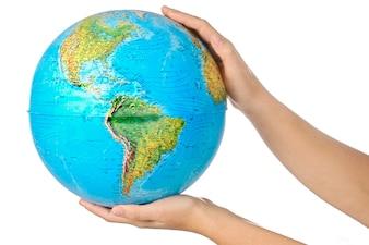Foto einer Darstellung der Planetenerde auf Händen