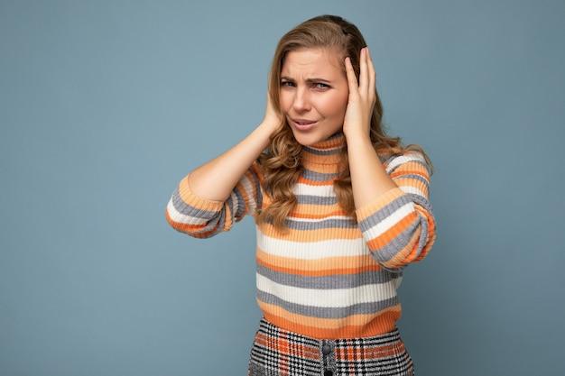 Foto einer emotional unzufriedenen jungen attraktiven blonden lockigen frau mit aufrichtigen emotionen