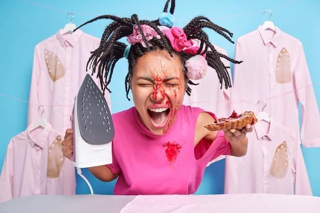 Foto einer emotionalen hausfrau mit marmelade im gesicht