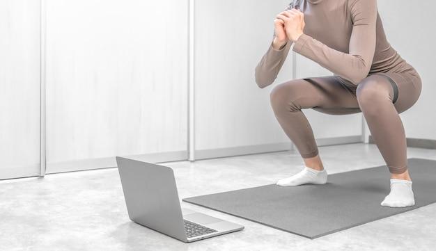Foto einer frau, die zu hause mit laptop online-training praktiziert.