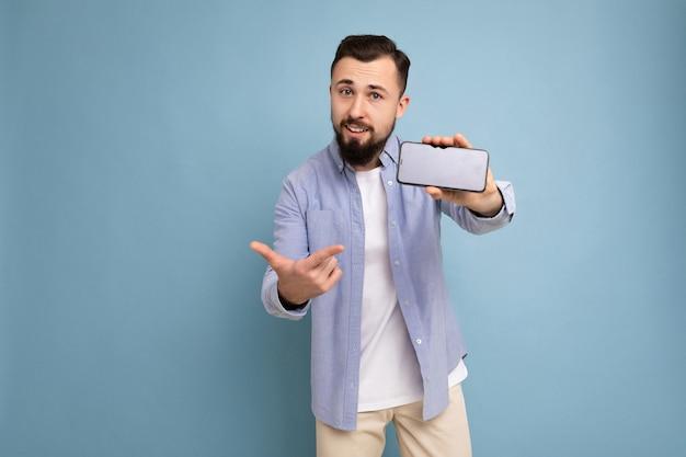 Foto einer gutaussehenden, lächelnden erwachsenen männlichen person, die gut aussieht und ein lässiges outfit trägt, das isoliert auf steht?