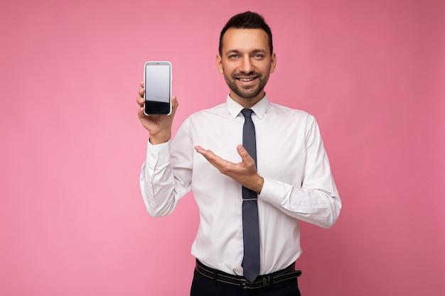 Foto einer gutaussehenden lächelnden erwachsenen männlichen person, die gut aussieht und ein lässiges outfit trägt, das isoliert auf steht?