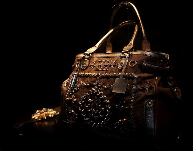 Foto einer handtasche herausgestellt in einem shopfenster