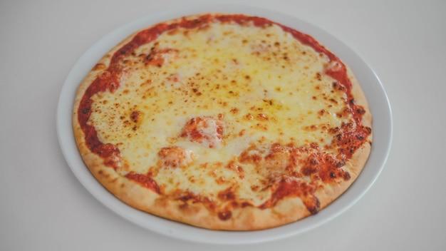 Foto einer pizza mit peperoni auf weißem hintergrund