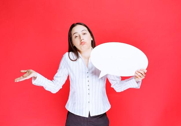 Foto einer schönen geschäftsfrau, die eine leere spracheblase hält.