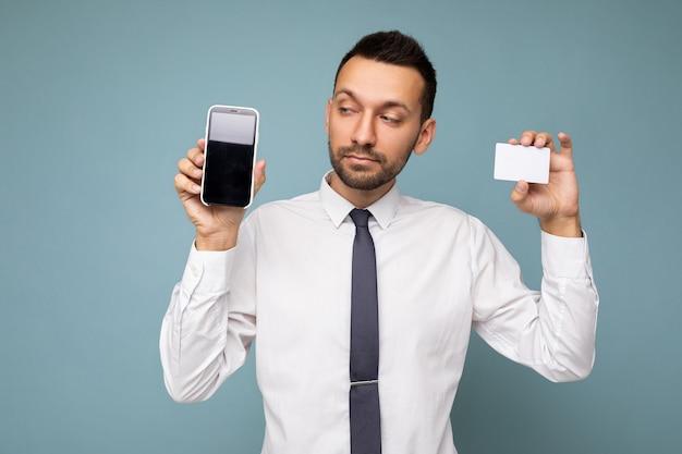 Foto eines gutaussehenden, gut aussehenden brünetten mannes mit bart, der ein lässiges weißes hemd und eine krawatte trägt