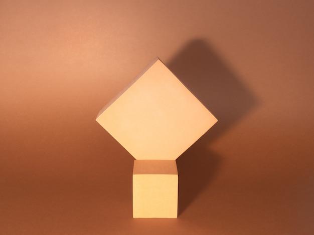 Foto eines hellen podiums (sockel) von zwei würfeln mit schatten auf papierhintergrund.
