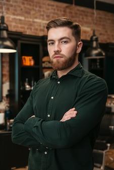 Foto eines jungen mannes, der im friseursalon steht