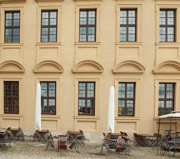 Foto eines leeren straßencafés in deutschland.
