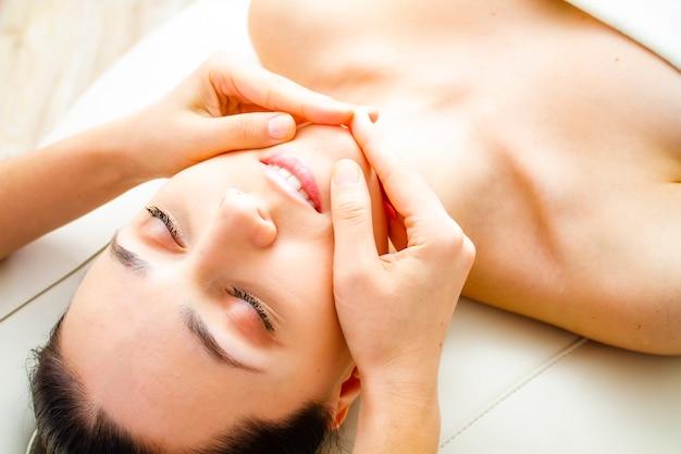 Foto eines patienten in einer kosmetikklinik