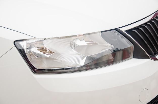Foto eines scheinwerfers eines autos.