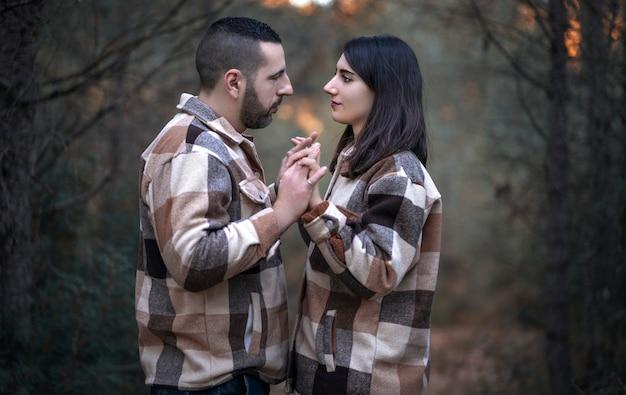 Foto eines verliebten paares, das einander in die augen schaut