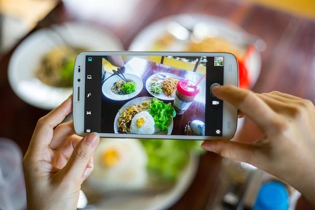 Foto essen. der kunde macht ein foto, bevor er zu mittag isst.